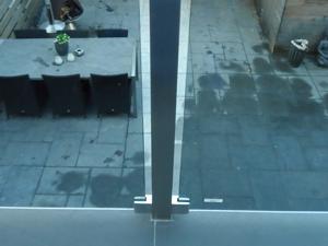 RVS-balkon-hek-met-glas-en-gepoedercoate-panelen-detail