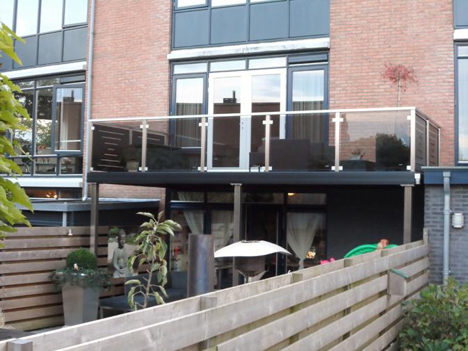 RVS-balkon-hek-met-glas-en-gepoedercoate-panelen-7